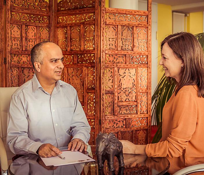 Dr. med. Ananda Samir Chopra beantwortet Fragen einer Kundin